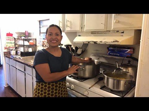 Vero Gómez.  Preparando masa de arroz para los tamales