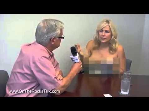 Nữ phóng viên cởi áo, khoe ngực