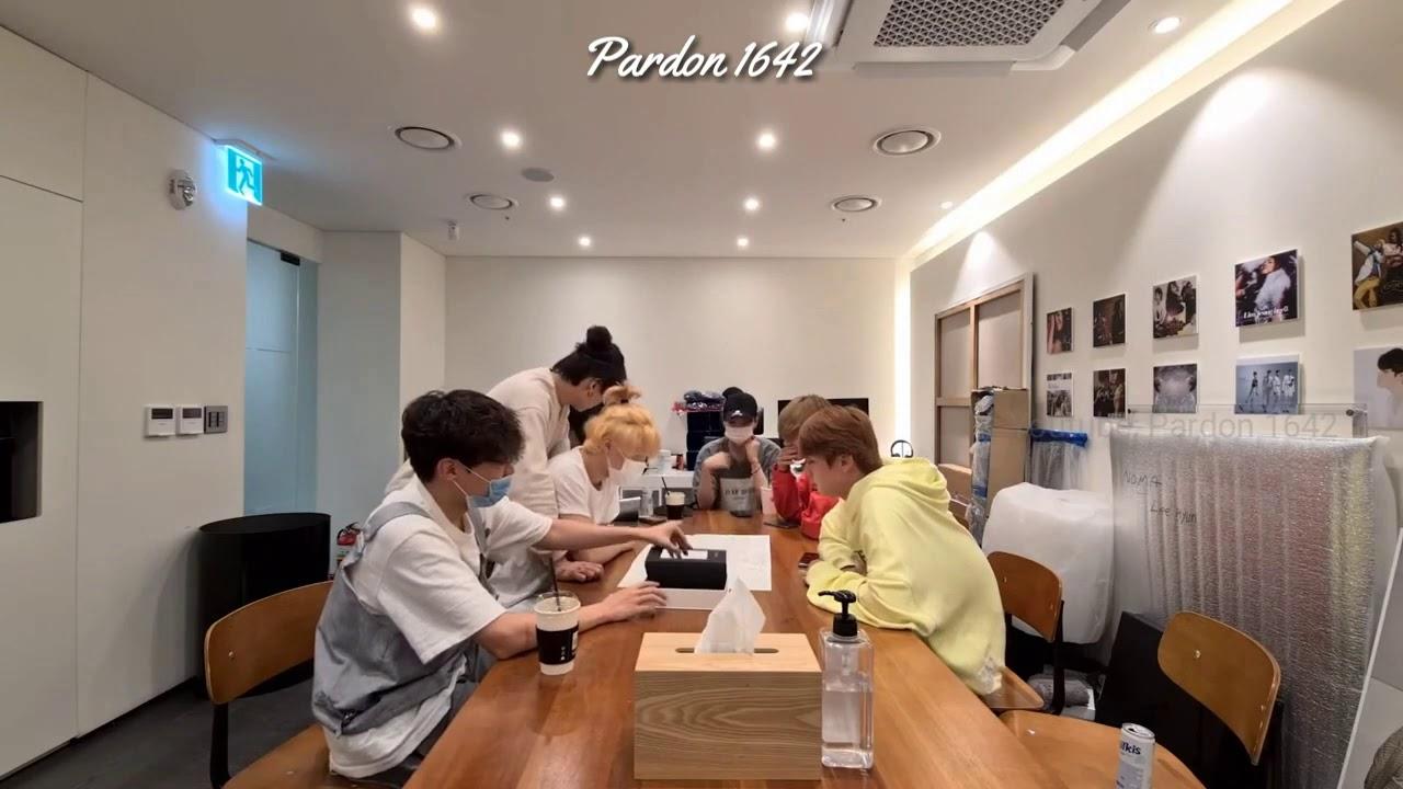 "[VIETSUB] BTS (방탄소년단) unboxing album ""BE""   2009** BTS"