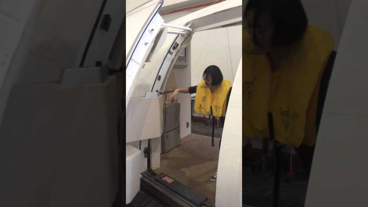 Singapore Airlines Training Center - Airbus A330 Door Trainer Evacuation - YouTube & Singapore Airlines Training Center - Airbus A330 Door Trainer ... pezcame.com