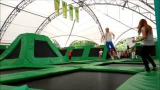видео прыжки на батуте