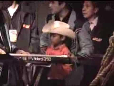 niño tocando con K-paz de la sierra (2005)