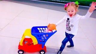دمية طفل وفتاة مضحكة تلعب متعة الغميضة