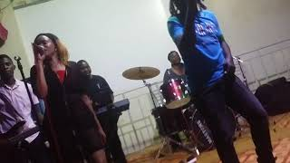 war-and-crime-live-performance-by-lucky-dube-look-alike-mark-reigns-on-the-drums