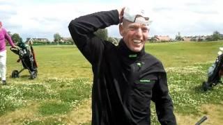 Horst slaat de bal (slag 3) uit de waterhindernis bijna op de green van hole 3