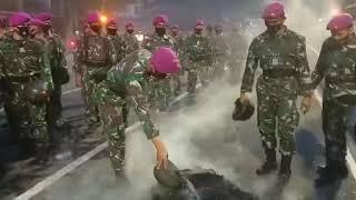 Prajurit Marinir memadamkan api dengan alat seadanya