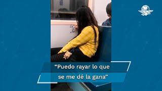 En las imágenes del video se observa a la mujer escribiendo dos nombres en una de las paredes del metro