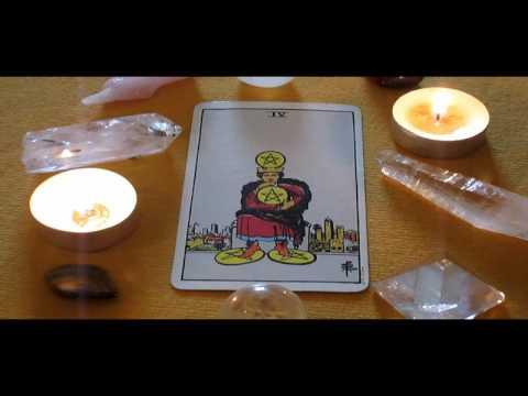 Wie Deute Ich Die Tarotkarte Die Vier Der Muenzen Kleine Arkana