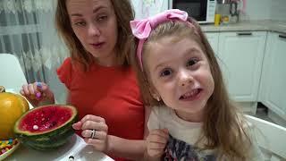 Eva y mamá se divierten y hacen deliciosas frutas saludables y coloridos dulces en casa