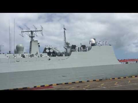 """中国海军舰艇访问斯里兰卡,当地华侨眼含热泪,高唱""""歌唱祖国""""在码头迎接 chinese navy battle ship fleet visit srilanka"""