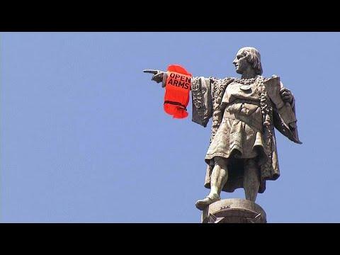 شاهد: اسباني يتسلق تمثال كولومبوس احتجاجا على سياسة الهجرة…  - 05:20-2018 / 7 / 5