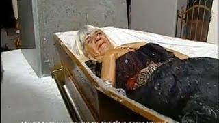De arrepiar: conheça a história de uma mulher que mora em um cemitério