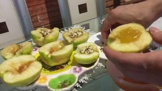 Запечённые яблоки с мёдом и грецким орехам.