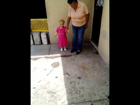 muñeca camina con su dueña .....