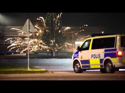Grupp unga skjuter fyrverkerier mot polis i Norrköping