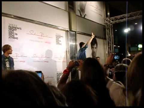 28ac7d3302a2 Ο Σάκης ανέβηκε στην σκηνή, χαιρέτησε τις Ρουβίτσες του που είχαν στηθεί  από πολύ νωρίς για να τον δουν, τραγούδησε το κομμάτι του «Και σε θέλω» και  τέλος ...