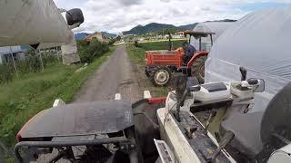 稲刈りのため田んぼへの移動の様子です。