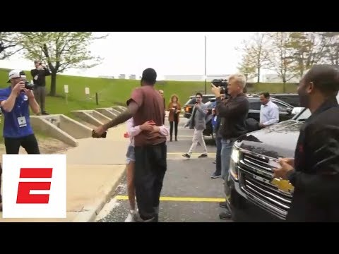 Meek Mill arrives at Game 5 of 76ers-Heat after being released from prison, taking helicopter | ESPN