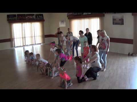 Mamy i Laleczki tańczą układ grupy WOW