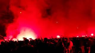 Sevilla-Atletico de Madrid: Bengalas y Ambiente Espactacular en la Salida del Sevilla de su Hotel