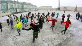 Петербуржцы станцевали на Дворцовой под «Патимейкера» вместе с хореографом Мариинского театра