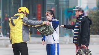 女生街头嫌弃外卖员父亲,路人:有爸爸就不错了!(中国社会实验)