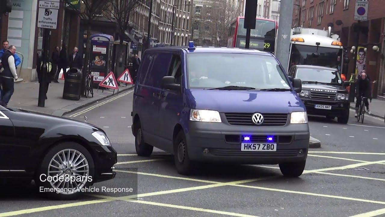 Unmarked London Police VW Transporter (officer waves ...
