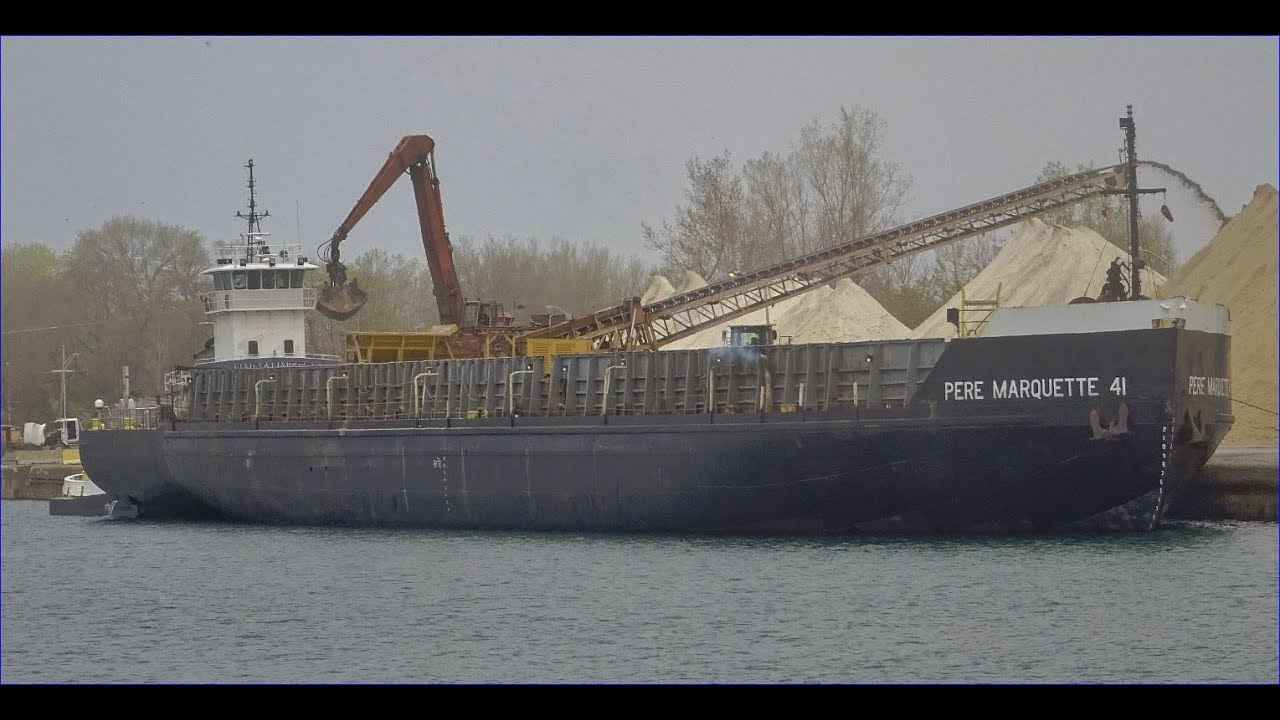 Tug UNDAUNTED with barge PERE MARQUETTE 41 unloading at ...