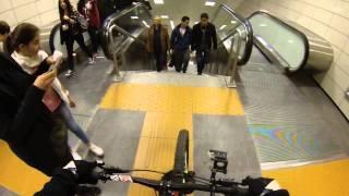 Metro Merdivenlerini Bisikletle inen adam...