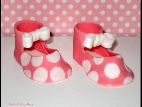Cómo hacer fondant de lunares y zapatos de bebe - YouTube