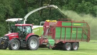 Heuernte in heutigen Zeit  mit Großen Maschinen  und Traktoren und Riesigen Anhängern oft Knapp der