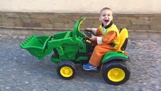 Dima unboxing en assembleert een nieuwe groene tractor