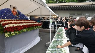 26日に営まれた歌手、西城秀樹さんの葬儀で、元歌手の妻、石川秀美さ...