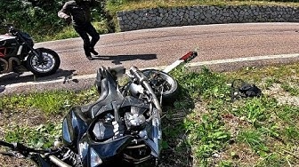 MOTORRADUNFALL gefilmt | Biker crashed at Penser Joch| Webon_one