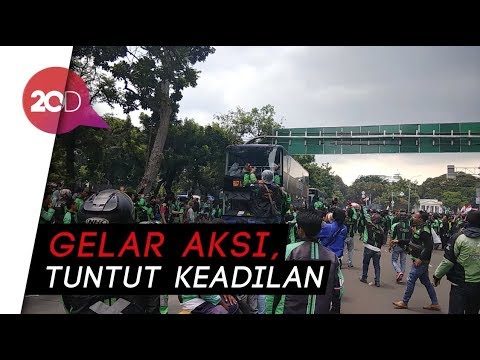 Jalan Medan Merdeka 'Menghijau' Dipenuhi Driver Ojek Online