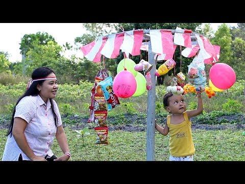 Bayi Lucu Panjat Pinang Merayakan Kemerdekaan 17 Agustus