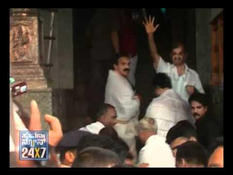 Sadanand Gowda visits Dharmasthala temple - Suvarna News