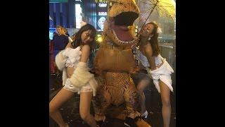 2016年10月31日 大阪のハロウィンの様子 恐竜が美女と大暴れ.