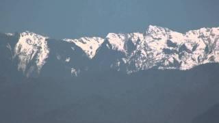 從東華大橋看向白雪覆蓋的合歡山及奇萊山