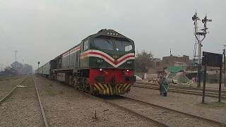 Pakistan Railways || Fastest Train Crossing || Shahdarabagh Junction || Shah Hussain Express