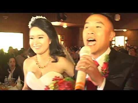 Chú rể cất giọng hát ngọt ngào khi đón cô dâu lên sân khấu. khiến nhiều người cảm động