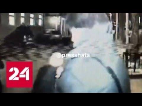 Облитый Даниилом Страховым курильщик оказался сыном итальянского атташе - Россия 24