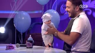 رامي عياش «يرضع» طفلا على الهواء في «الليلة دي» (فيديو)
