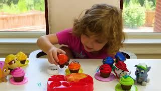 Genevieve制作玩具纸杯蛋糕,用于爪子巡逻,结冰和洒水!
