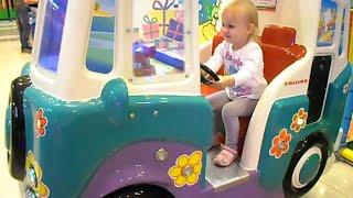 Алиса развлекается в детском парке развлечений Мегалэнд !!
