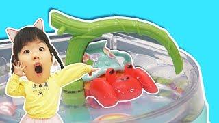 Yuni pretend play with toy Singing Ssolar crab 노래하는 쏠라게 hide and seek - Romiyu 로미유스토리