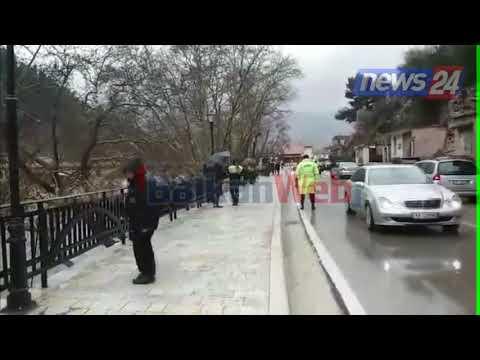 Aksident i rëndë në Berat, makina çan kangjellat e rrugës, bie në lumë