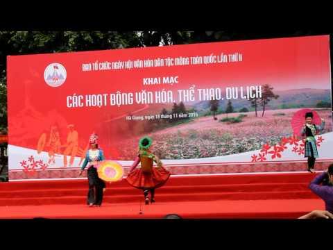 Trình diễn trang phục dân tộc Mông - Ngày hội văn hoá dân tộc mông toàn quốc lần thứ II