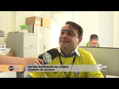 Em Florianópolis, torcedores assistem ao jogo do Brasil durante o expediente de trabalho