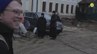 Как монахиня напала на бабушек и детей